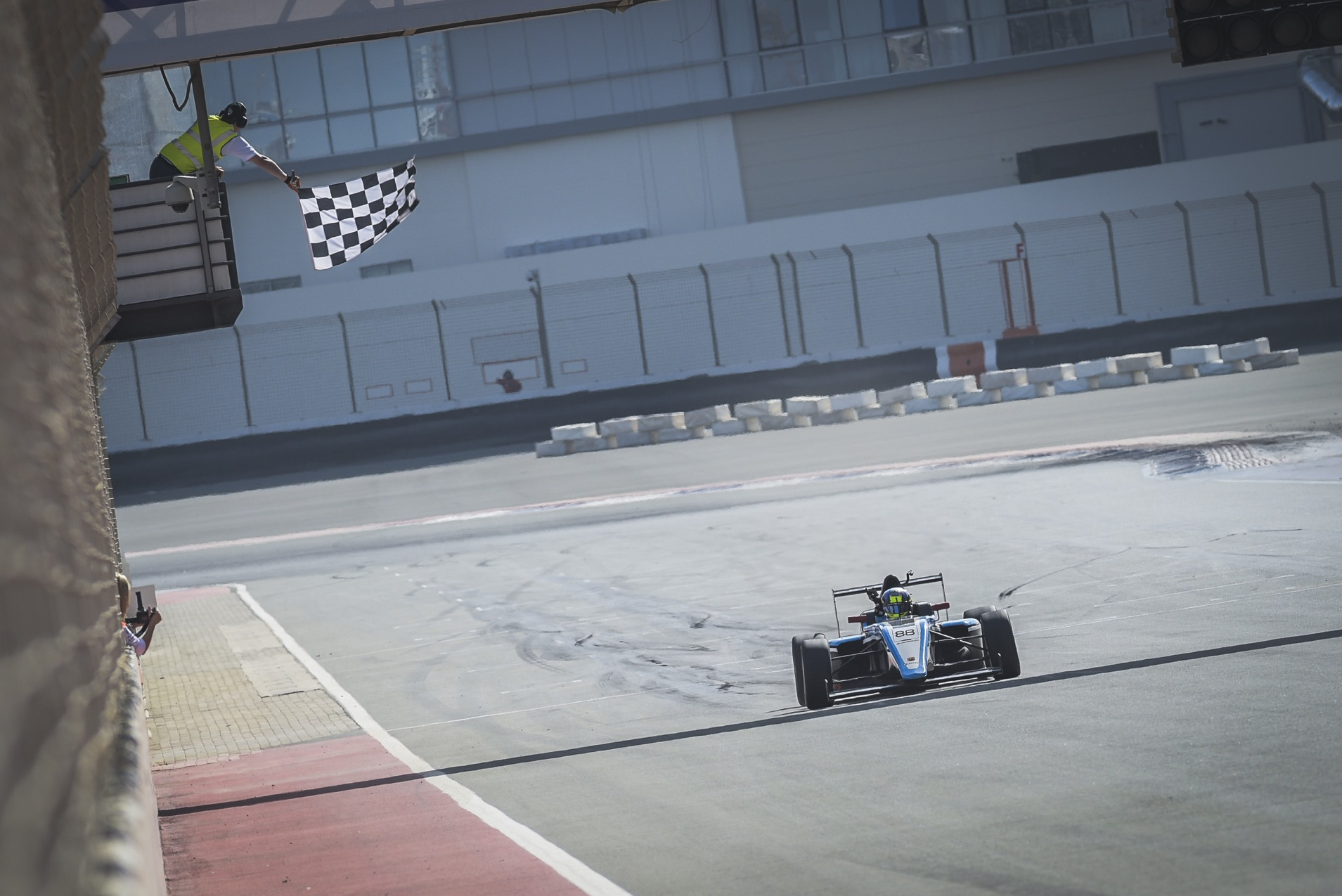 F4UAE_Rnd6_Weerts Chequered Flag.jpg